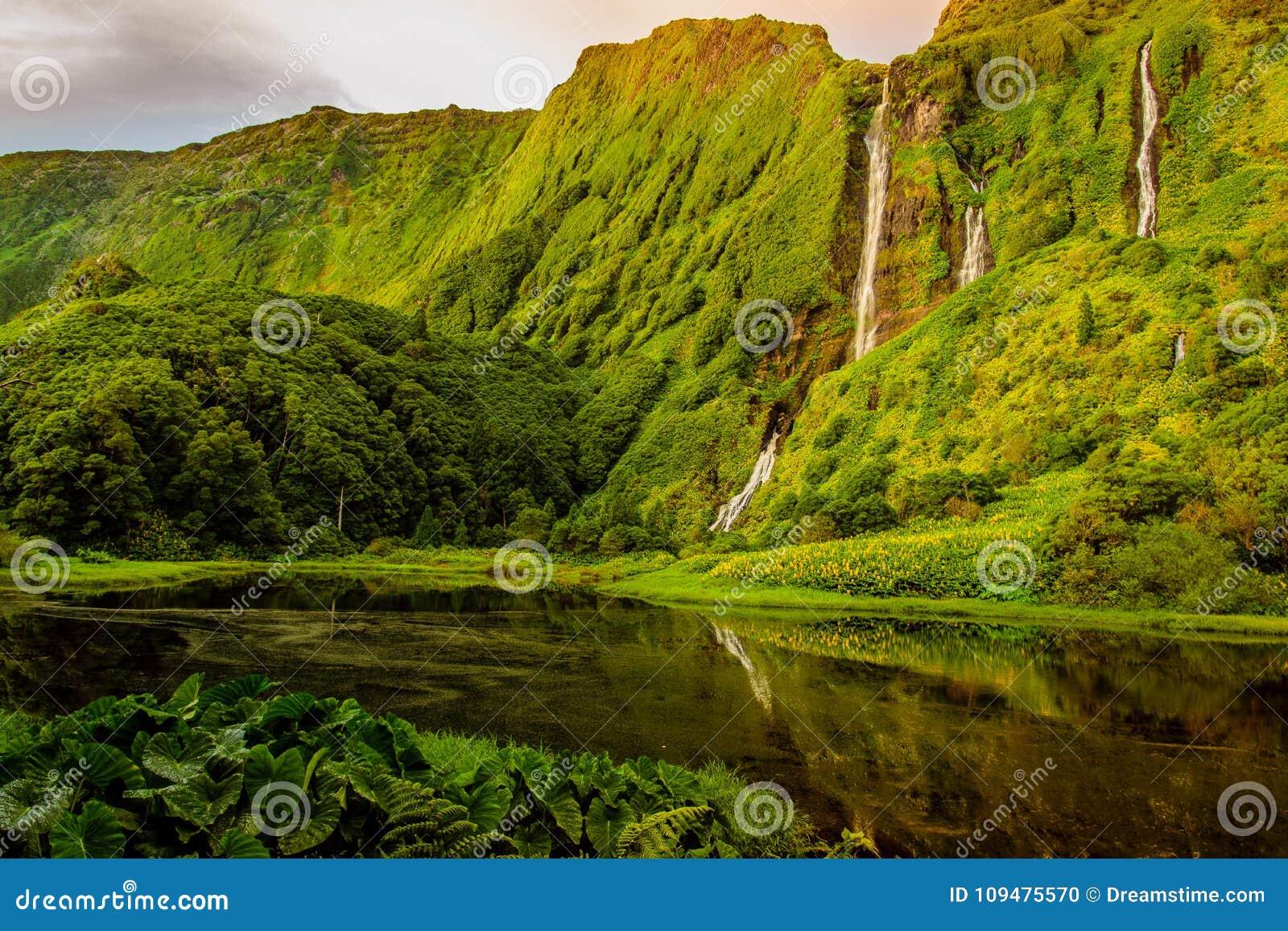 Mooie watervallen in Flores-eiland, Portugal