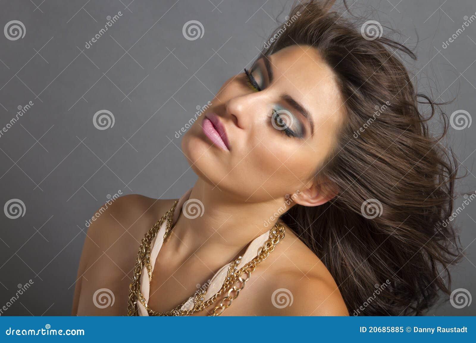 Mooie Winderige Jonge Spaanse Vrouw