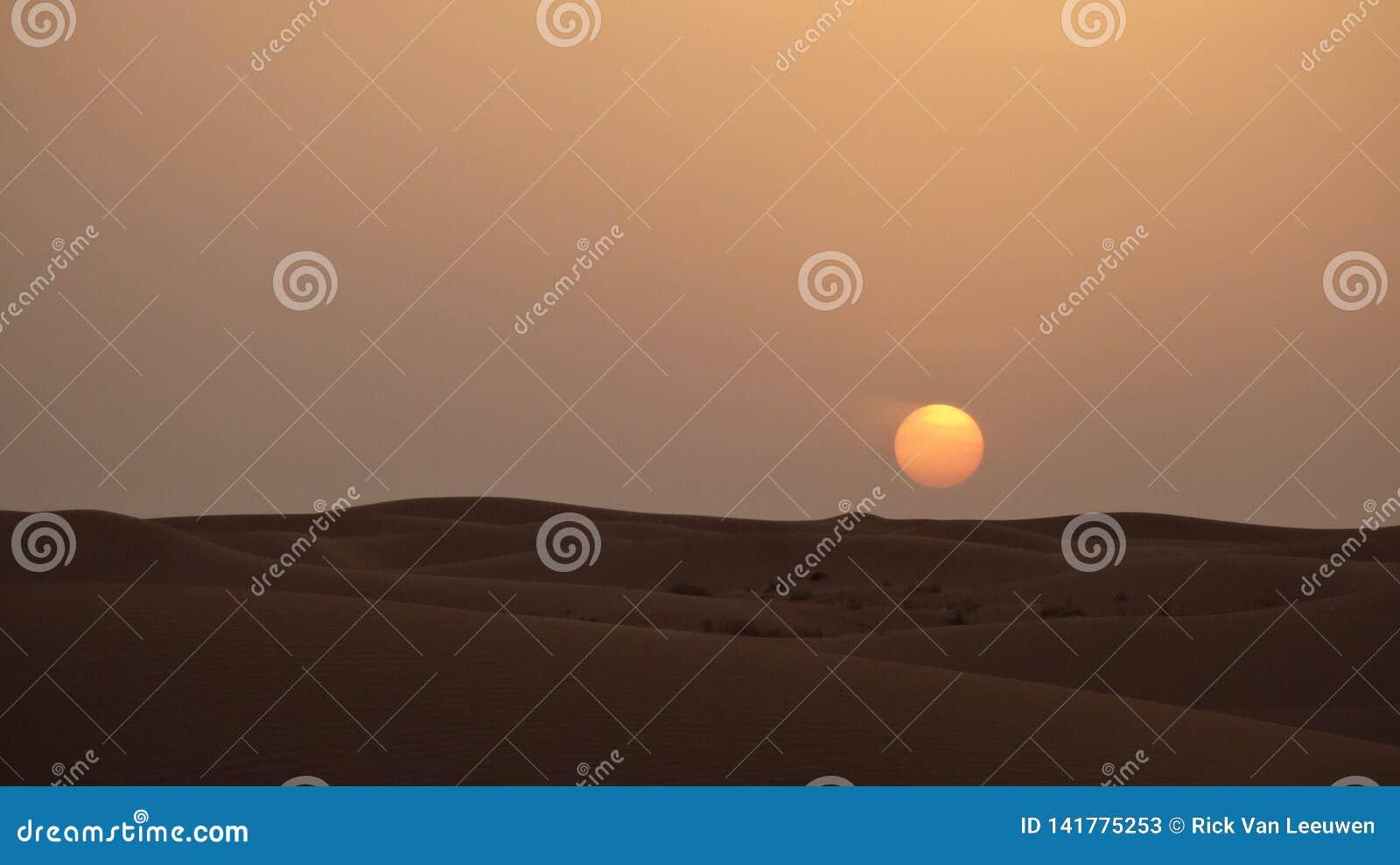 Mooie woestijnzonsondergang dichtbij Doubai