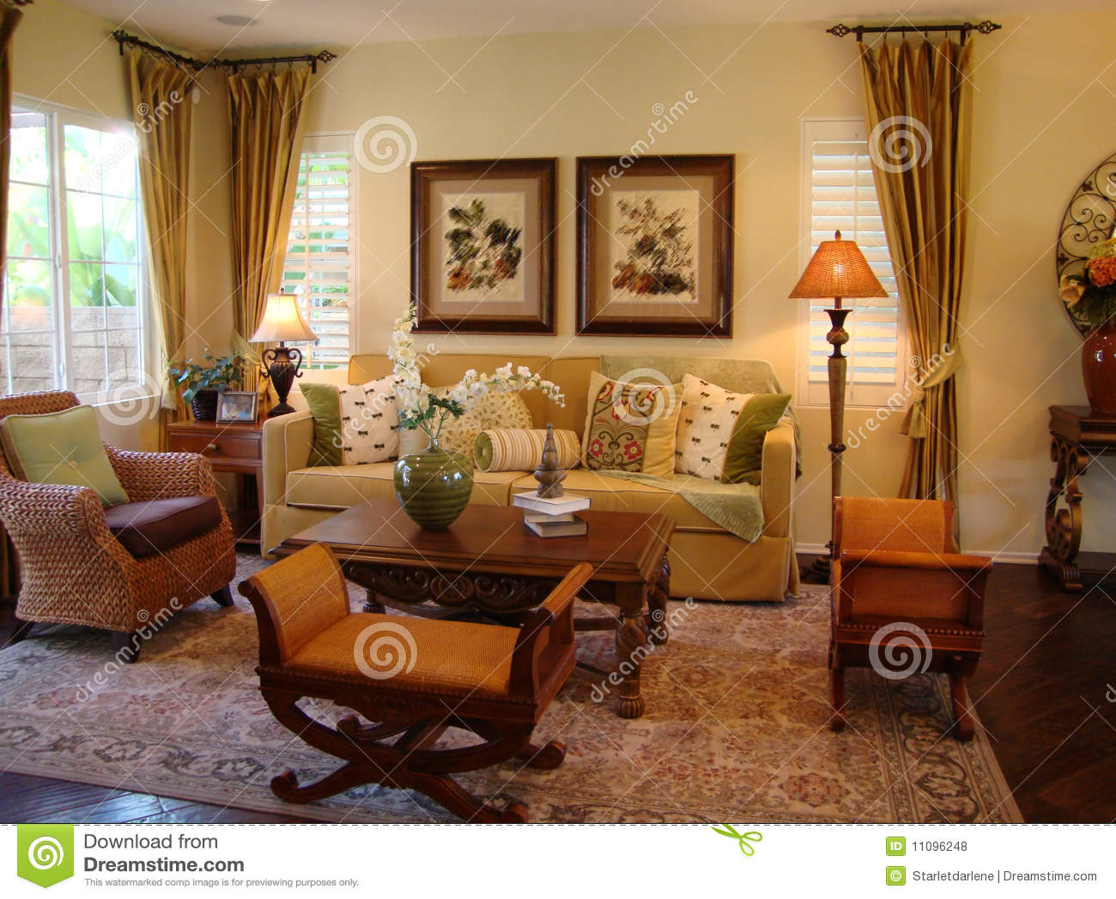 Mooie woonkamer stock foto afbeelding bestaande uit for Warme kleuren woonkamer