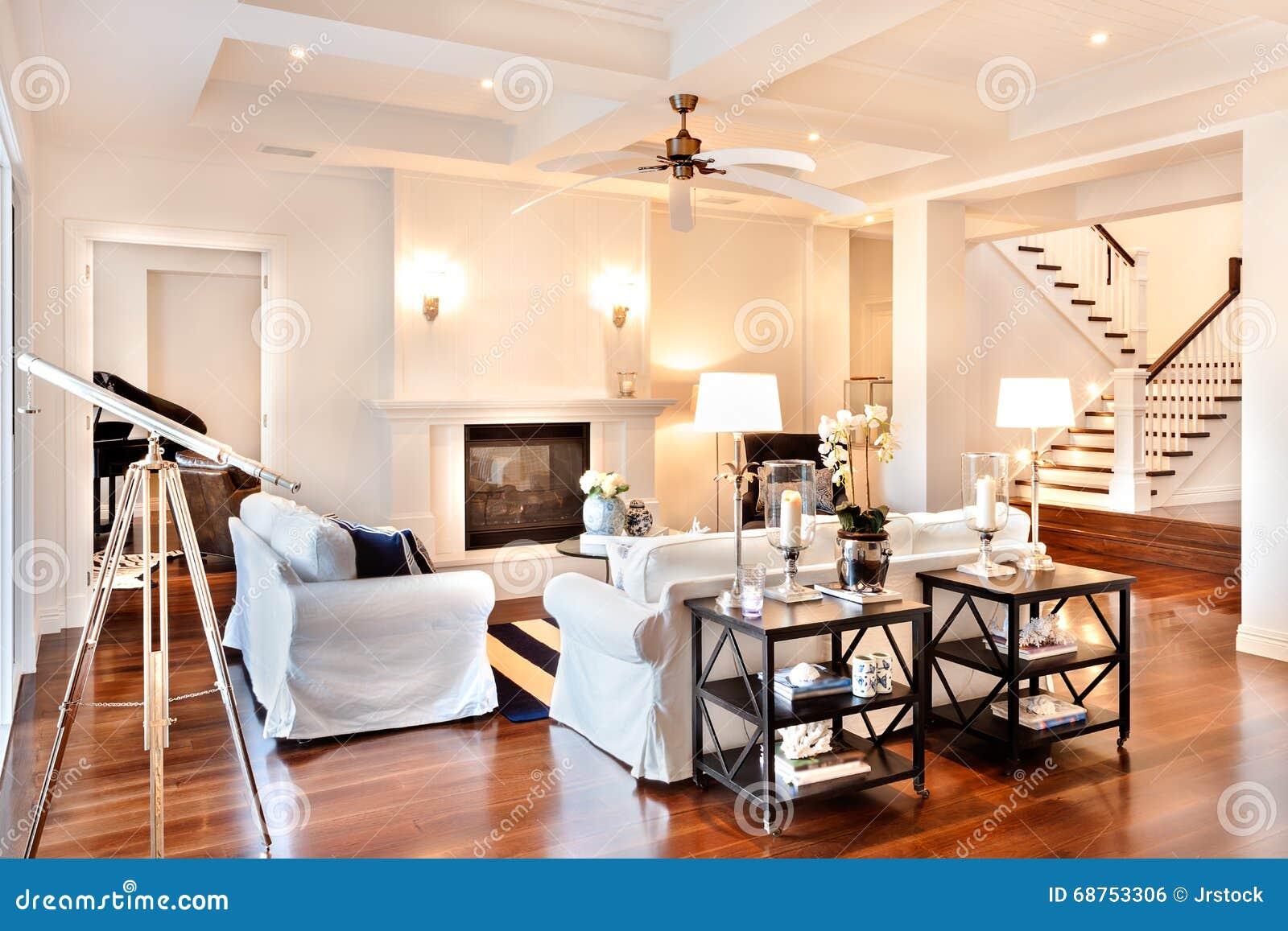 Mooie woonkamer met glanzende houten vloer en telescoop bij