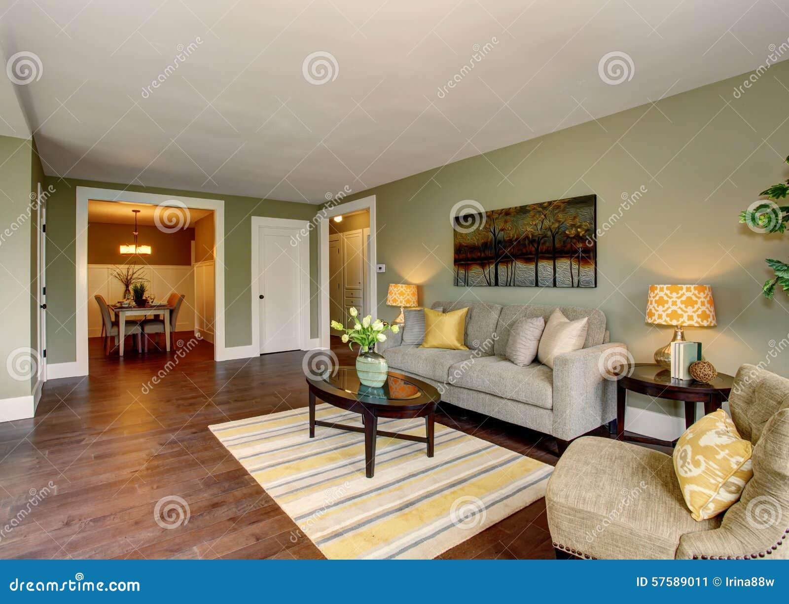 Mooie Woonkamer Met Groen En Geel Thema Stock Afbeelding ...