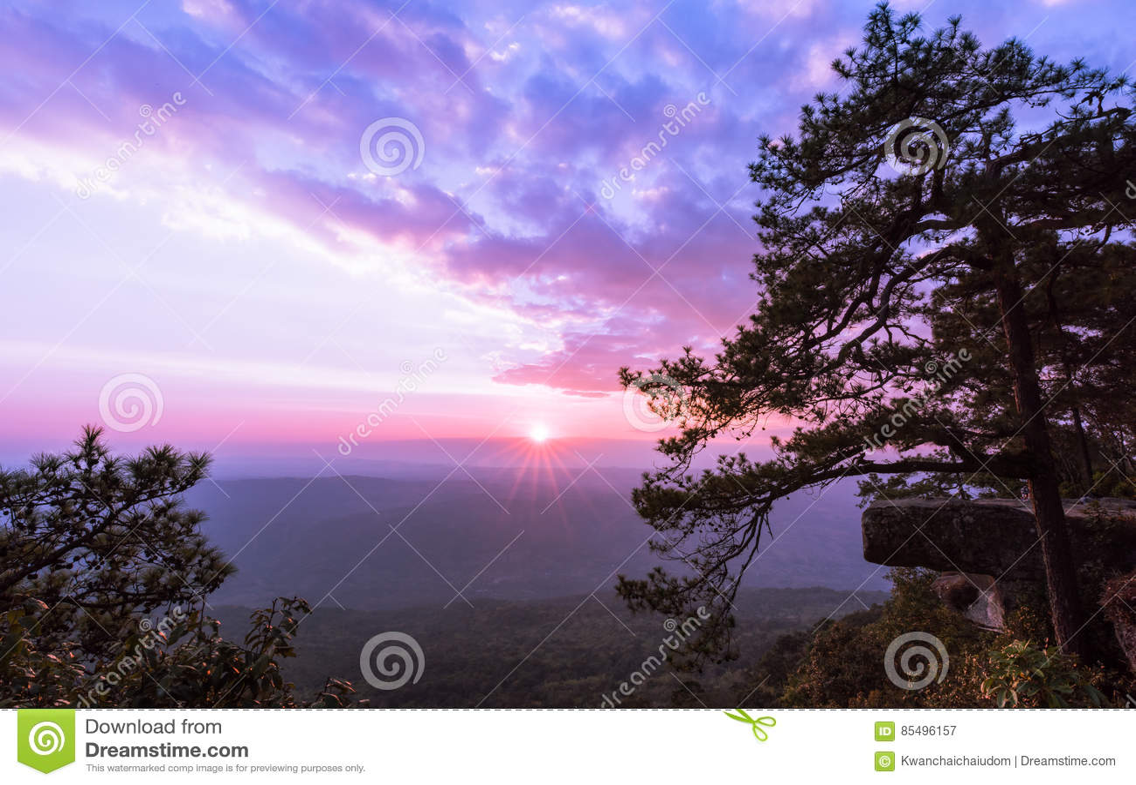 Mooie zonsondergang bij Lom Sak-klip, het Nationale Park van Phu Kradung