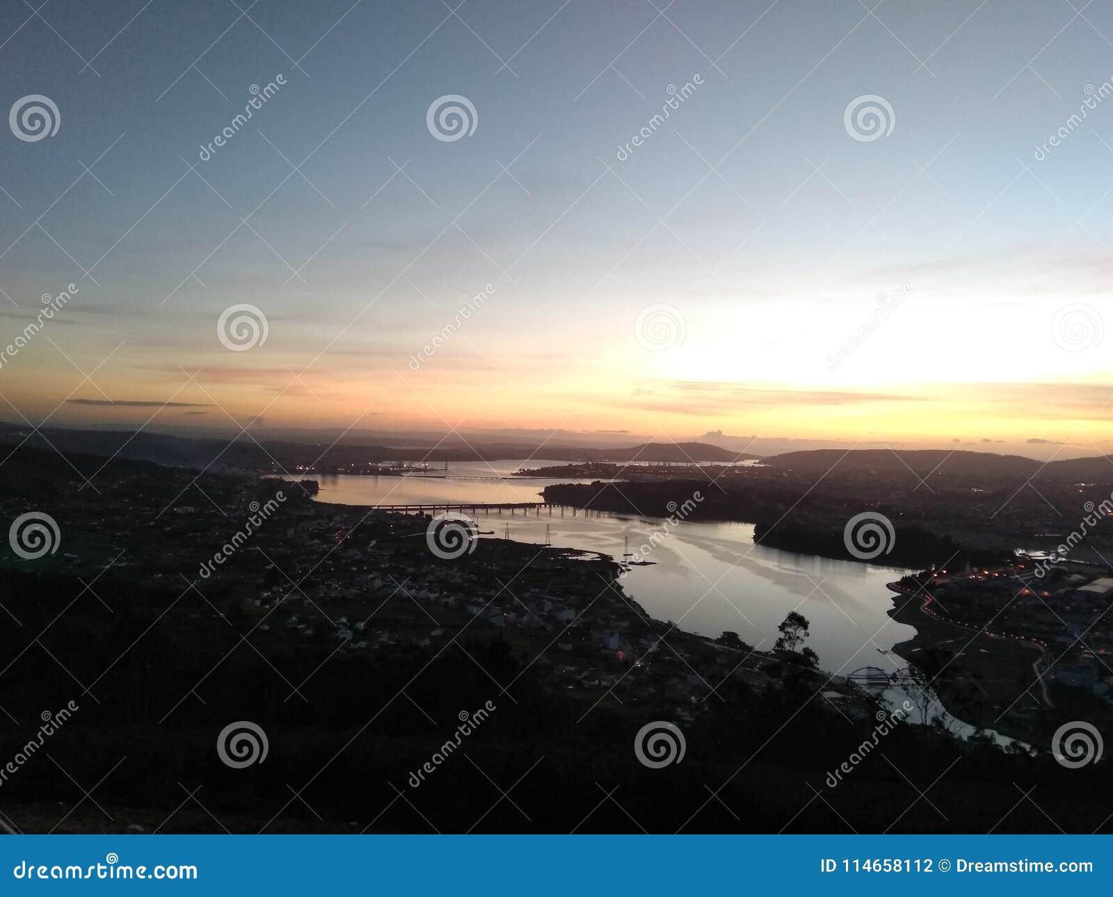Mooie zonsondergang in een mooi landschap