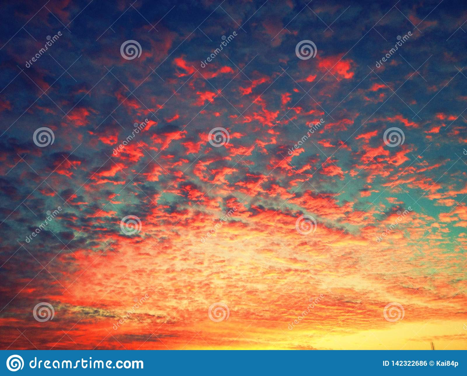 Mooie zonsondergang met bewolkte hemel