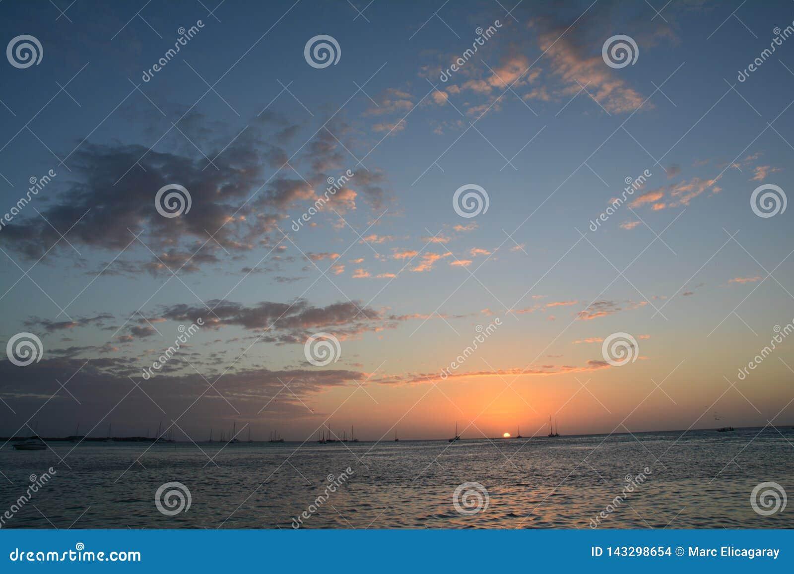 Mooie zonsondergang op Caye-Breeuwijzereiland in Belize