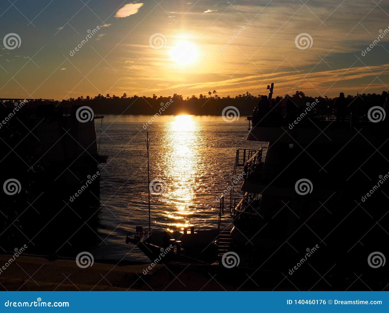 Mooie zonsondergang op de Nijl