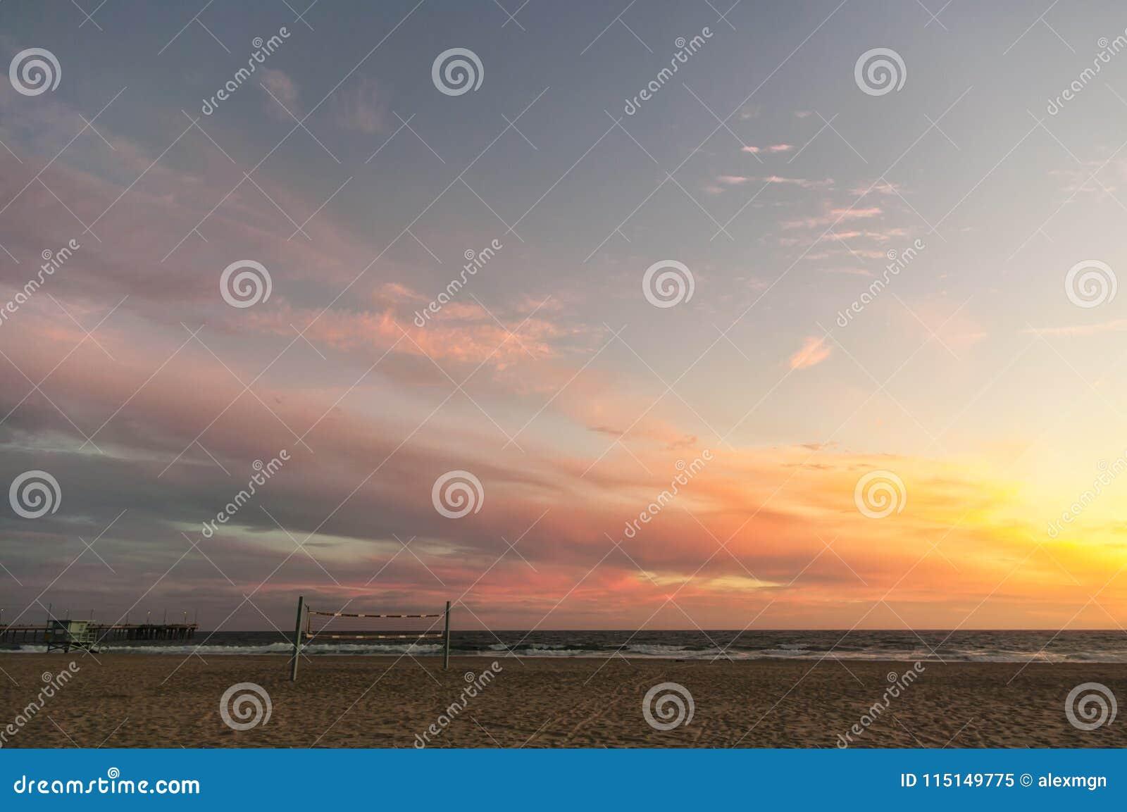 Mooie zonsondergang op een Californisch strand