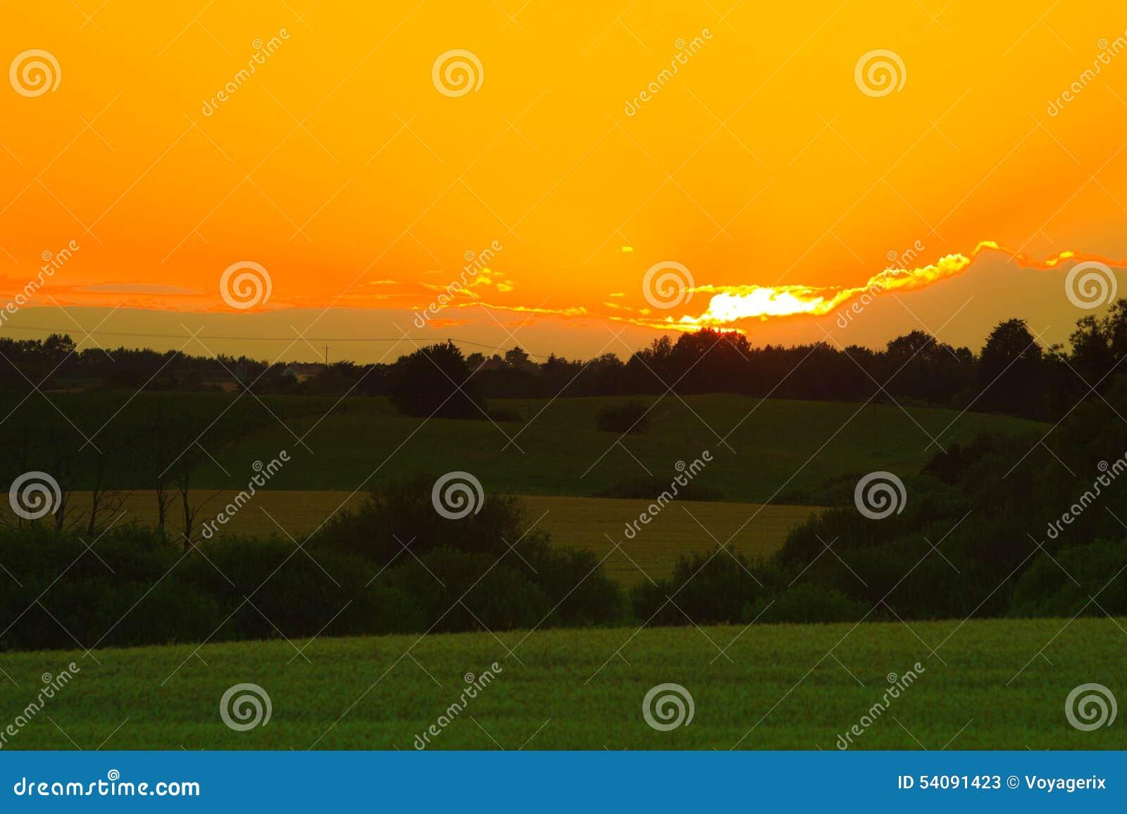 Mooie zonsondergang op een de lentegebied