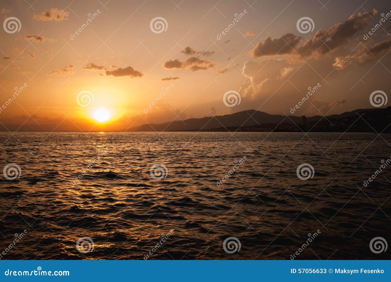 Mooie zonsondergang op het meer Genève Zwitserland