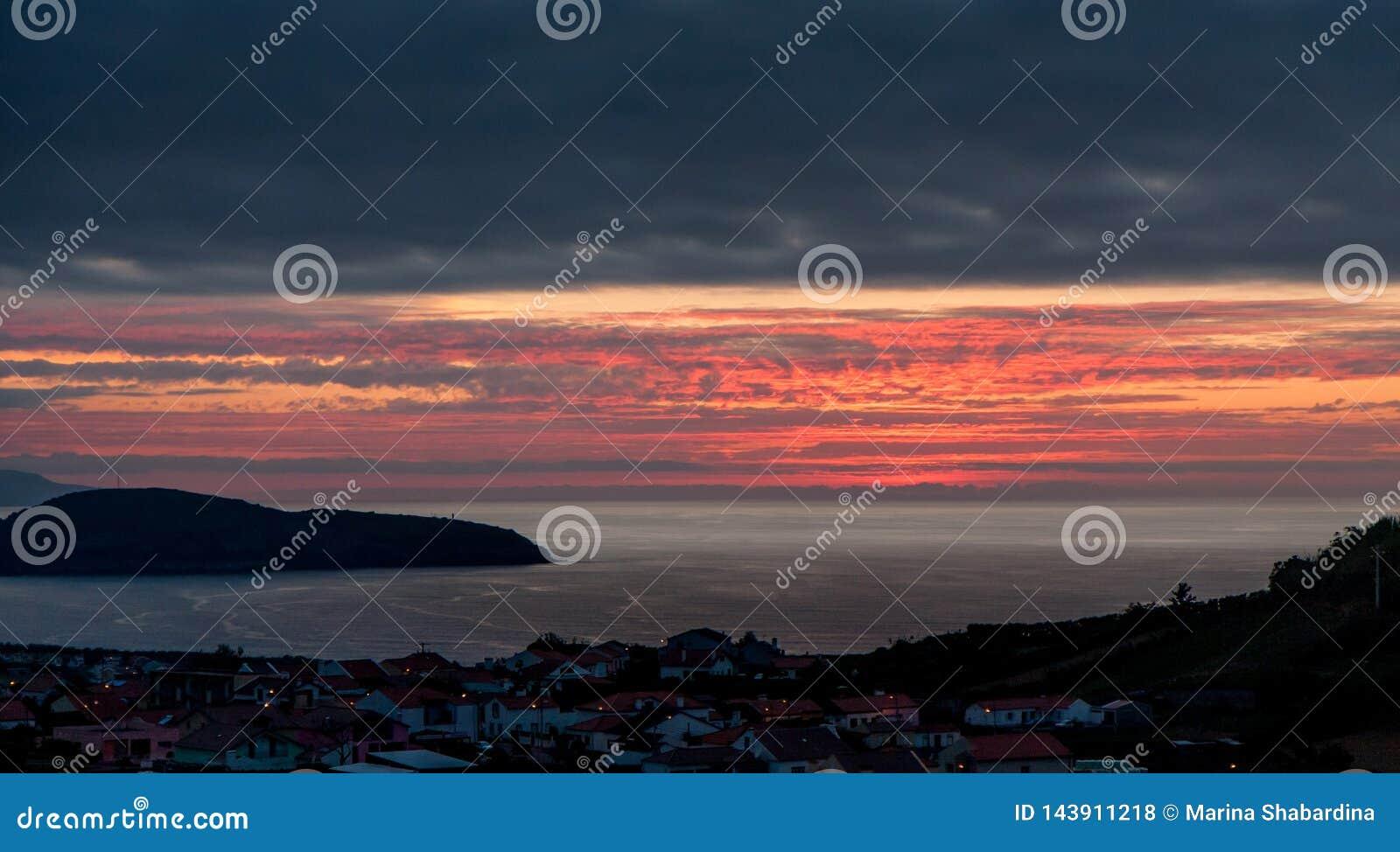 Mooie zonsondergang over de stad door het overzees