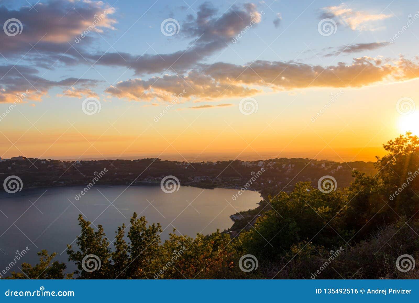 Mooie zonsondergang over het meer Albano nabijgelegen Rome, Italië