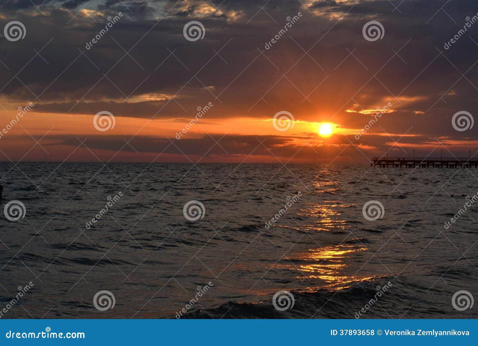 Mooie zonsondergang over het overzees.