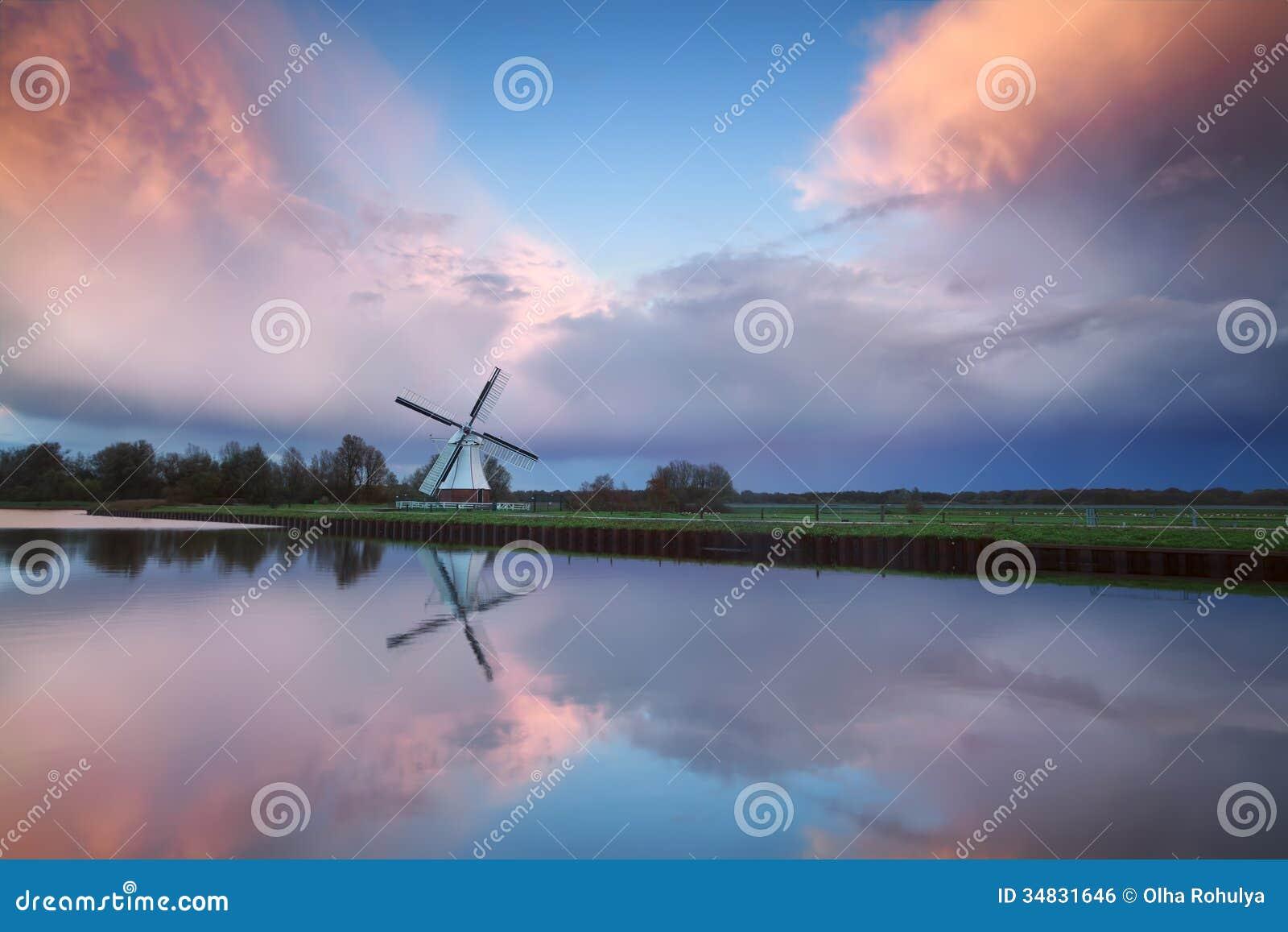 Citaten Over Zonsondergang : Mooie zonsondergang over nederlandse windmolen door rivier