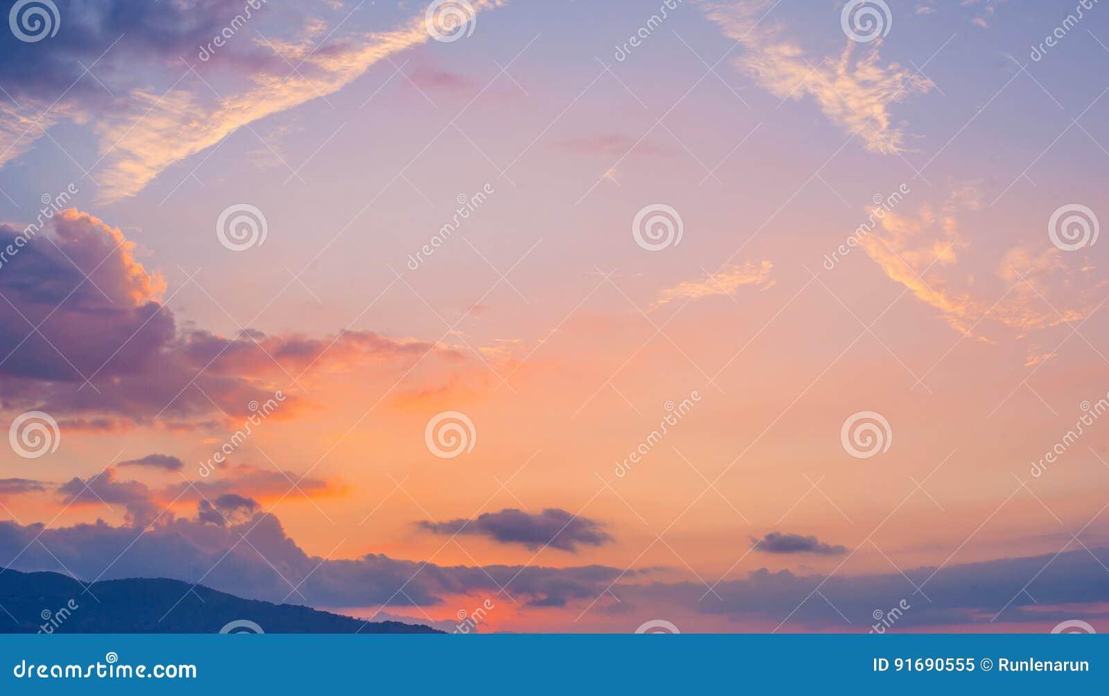 Mooie zonsonderganghemel met wolken, bergmening