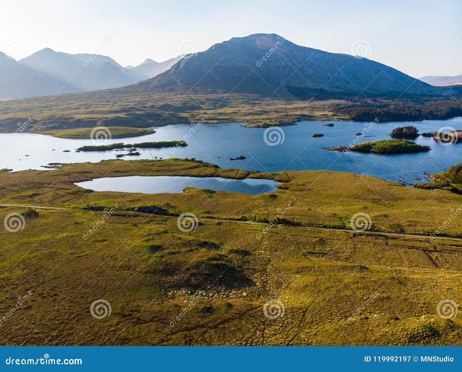 Mooie zonsondergangmening van Connemara Toneel Iers plattelandslandschap met prachtige bergen op de horizon, Provincie Galway, I