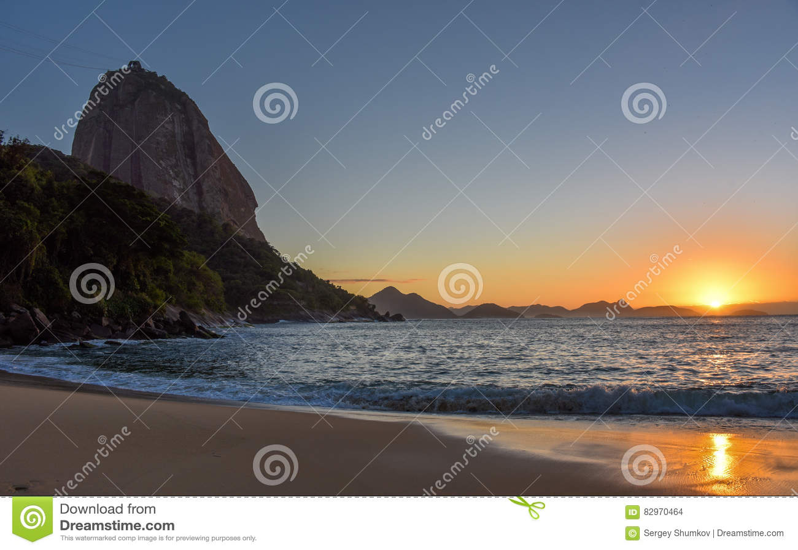 Mooie zonsopgang bij Praia Vermelha en de Sugarloaf-Berg