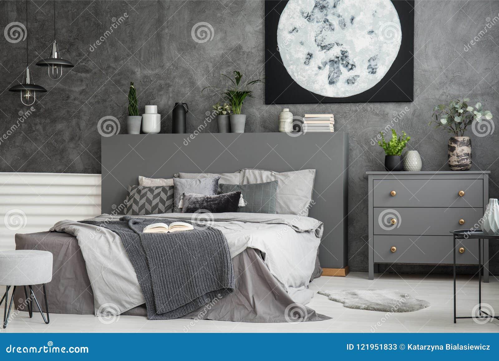 Parete Grigia Camera Da Letto moon la tela su una parete grigia in una camera da letto