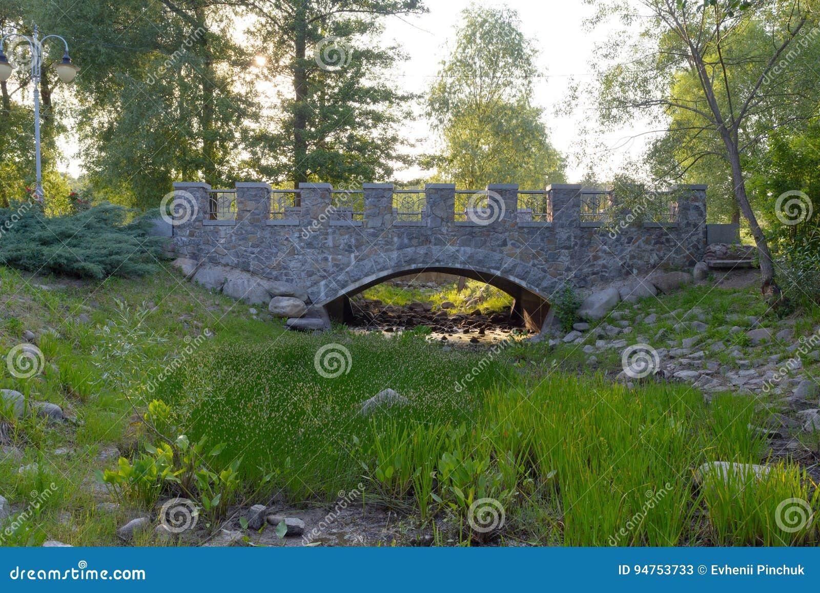 Moon Tor, Fluss über Felsensteinen und Gras