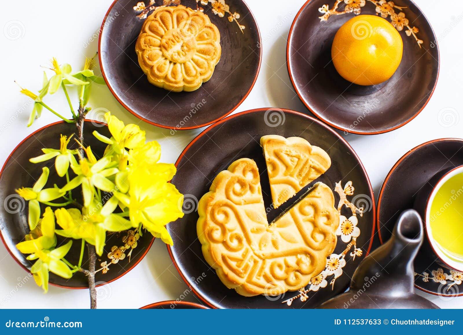 Mooncake och te, mat och drink för kinesisk mitt- höstfestival bakgrund isolerad white