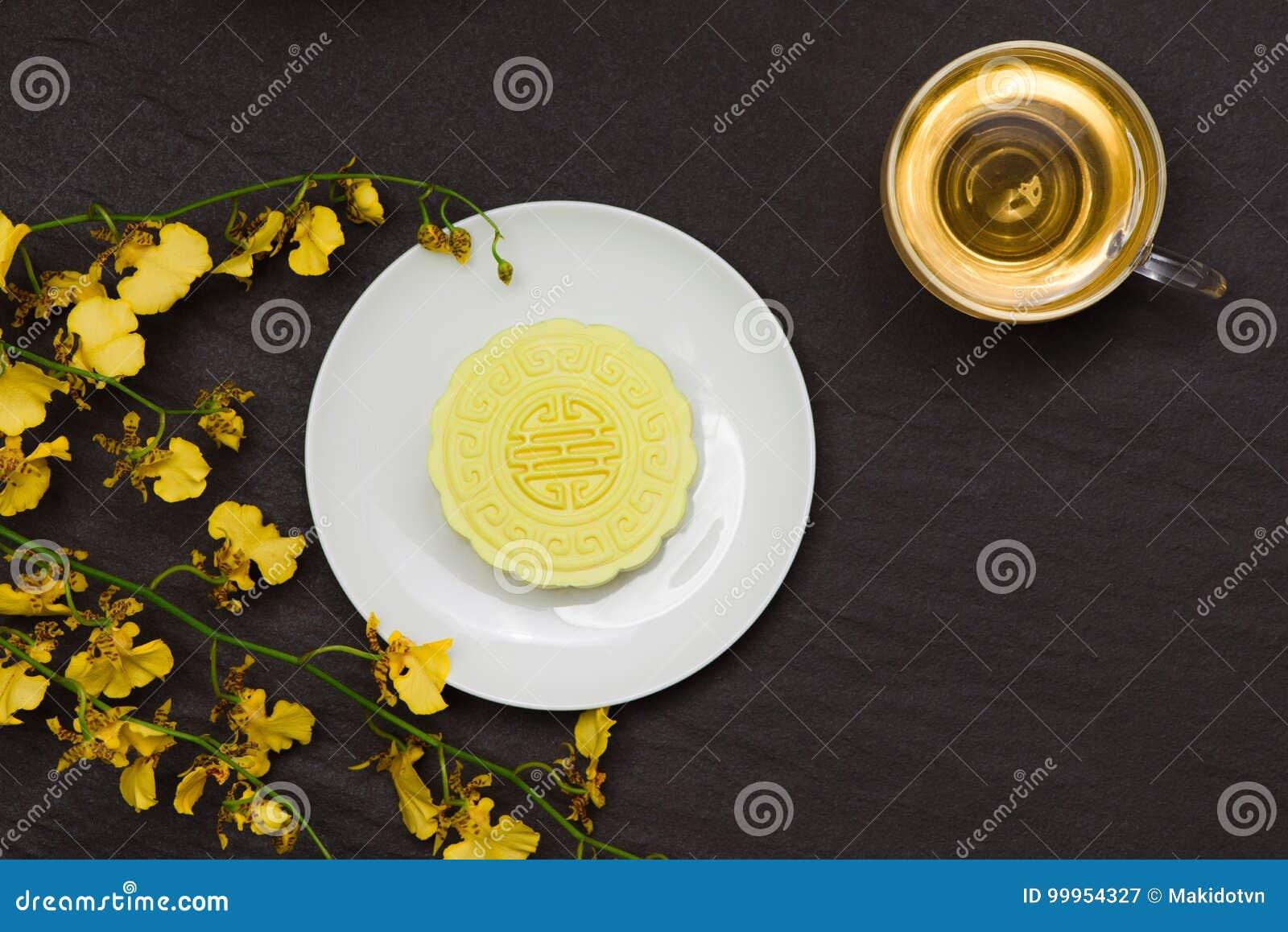 Mooncake tradicional chino delicioso del bocado en la tabla