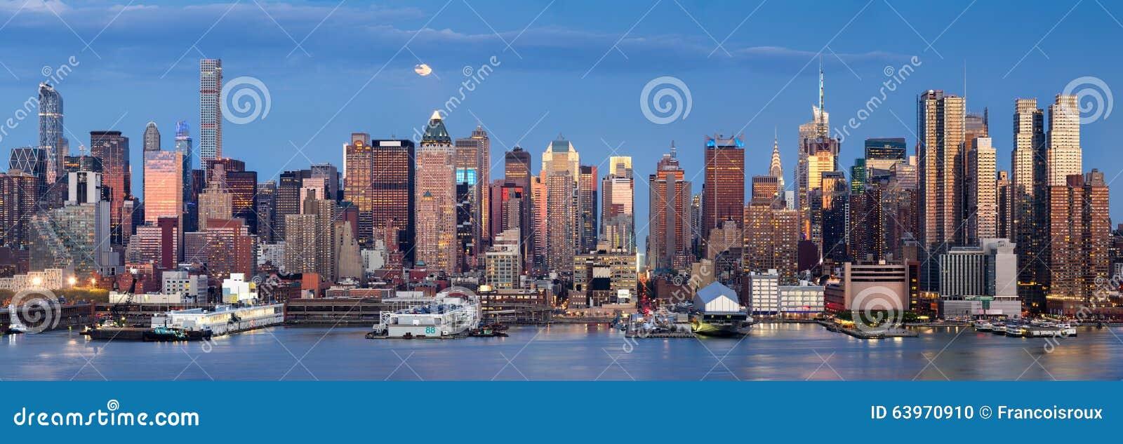 Moonrise nad środkiem miasta Zachodnim z Manhattan linią horyzontu, Miasto Nowy Jork