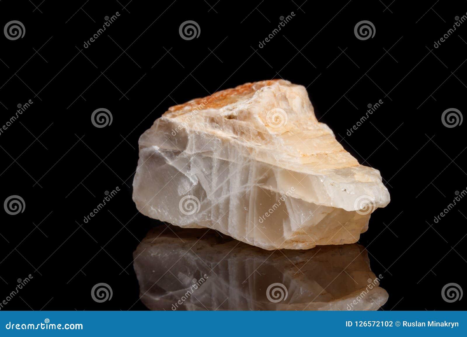 Moonstone de pedra mineral macro um fundo preto