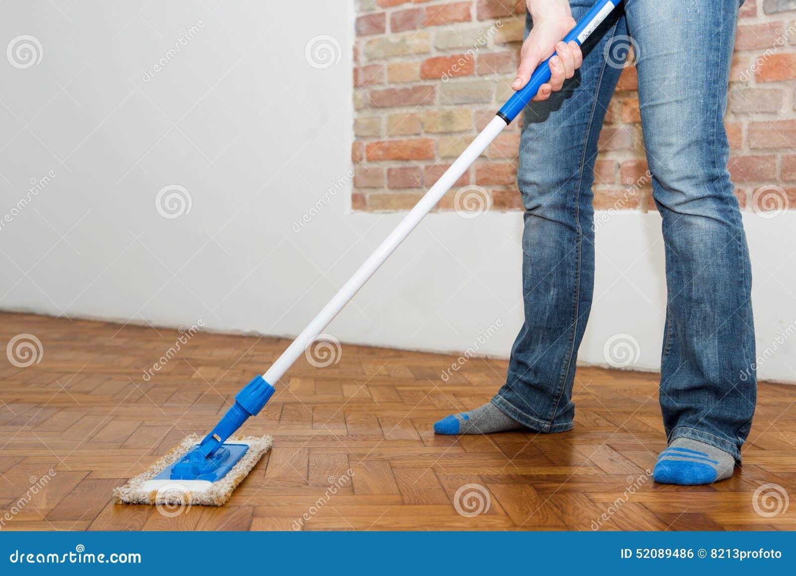 fb67b213ba09 Mop που καθαρίζει ένα ξύλινο πάτωμα Στοκ Εικόνες - εικόνα από ...