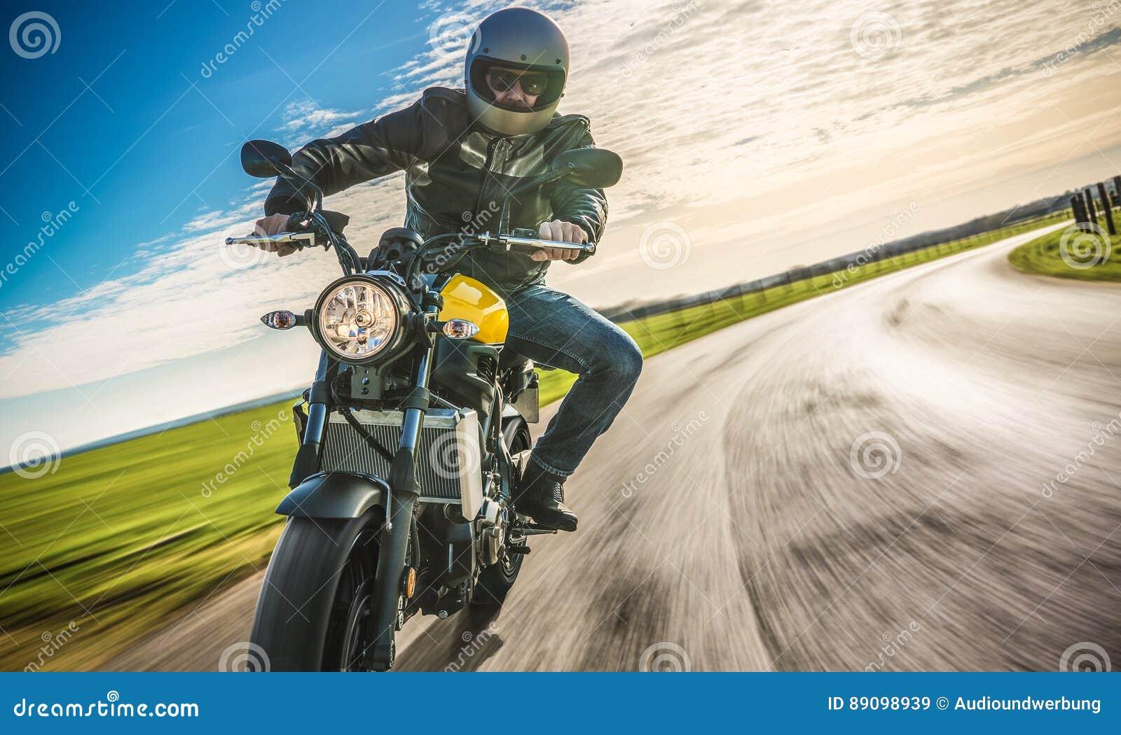 Moped på vägridningen ha gyckel som rider den tomma vägnollan