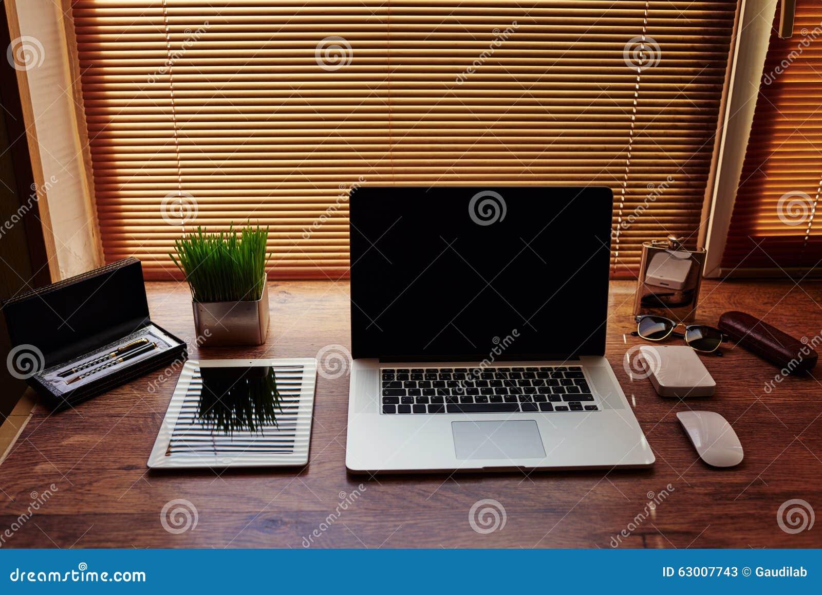 Moquerie de bureau d homme d affaires avec les accessoires et les
