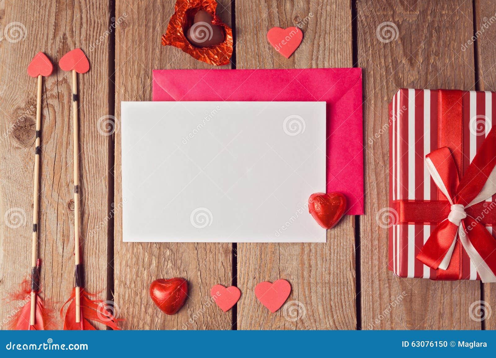Download Moquerie De Carte De Voeux Vers Le Haut De Calibre Pour La Saint-Valentin Sur Le Fond En Bois Vue De Ci-avant Photo stock - Image du flèche, présent: 63076150