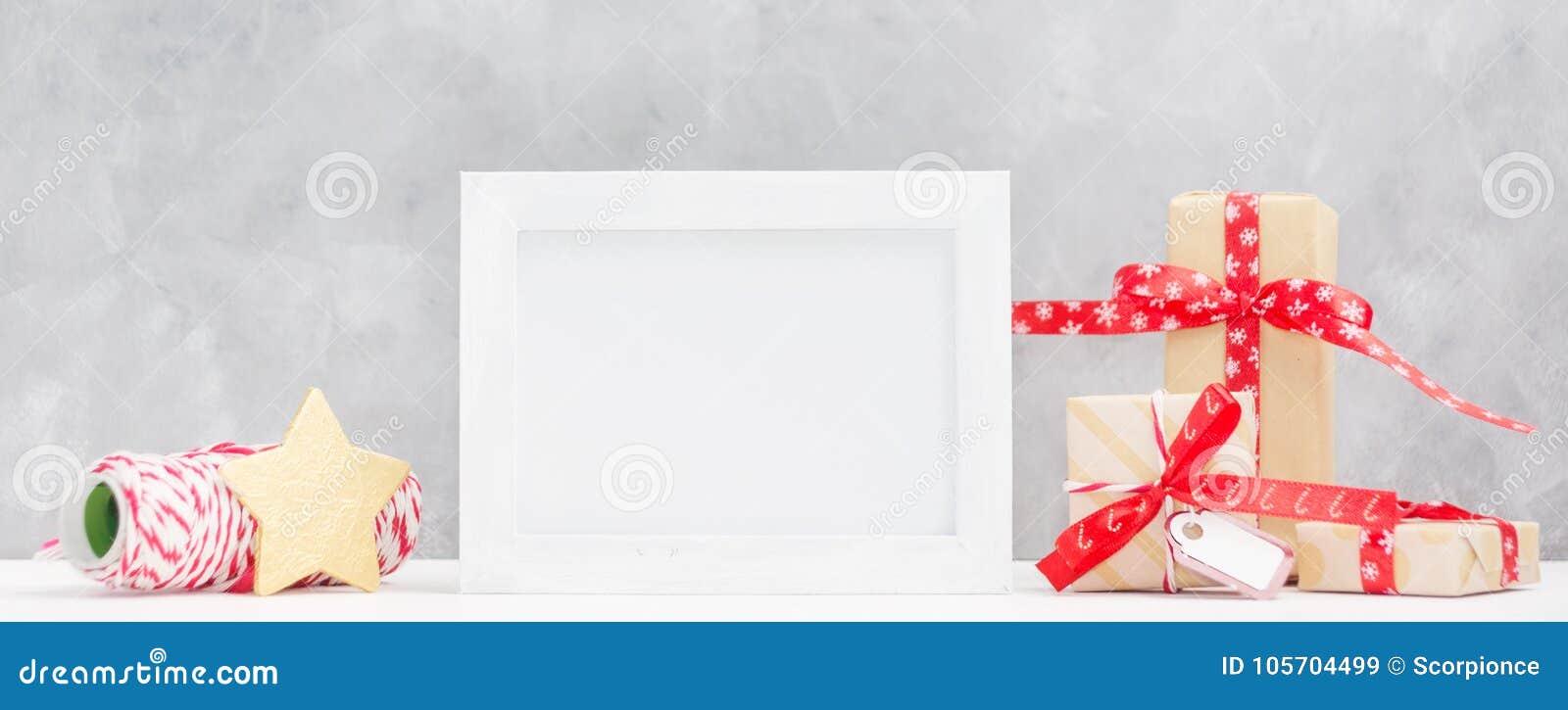 Moquerie lumineuse de Noël avec le cadre de photo : boîte-cadeau de fête, enveloppant l étoile de fil et d or Concept d an neuf
