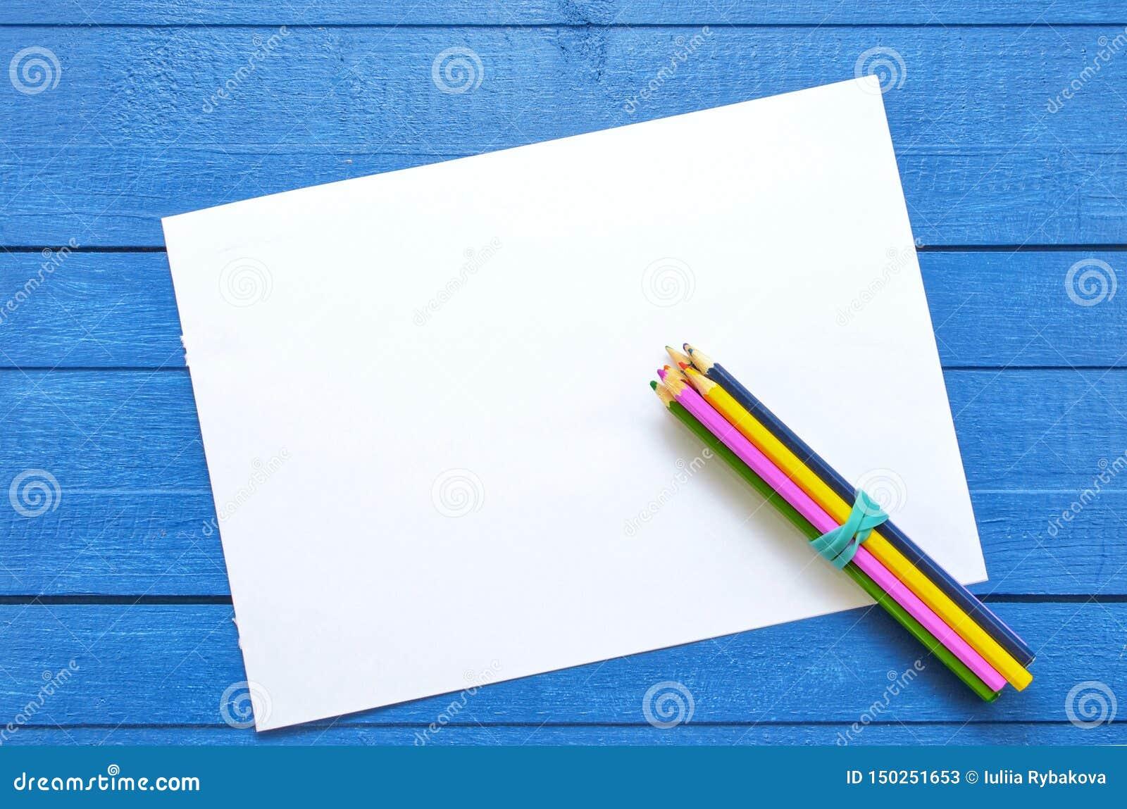 Moquerie vers le haut d illustration pour le dessin et texte sur un fond en bois bleu avec quatre crayons colorés sur le coin de
