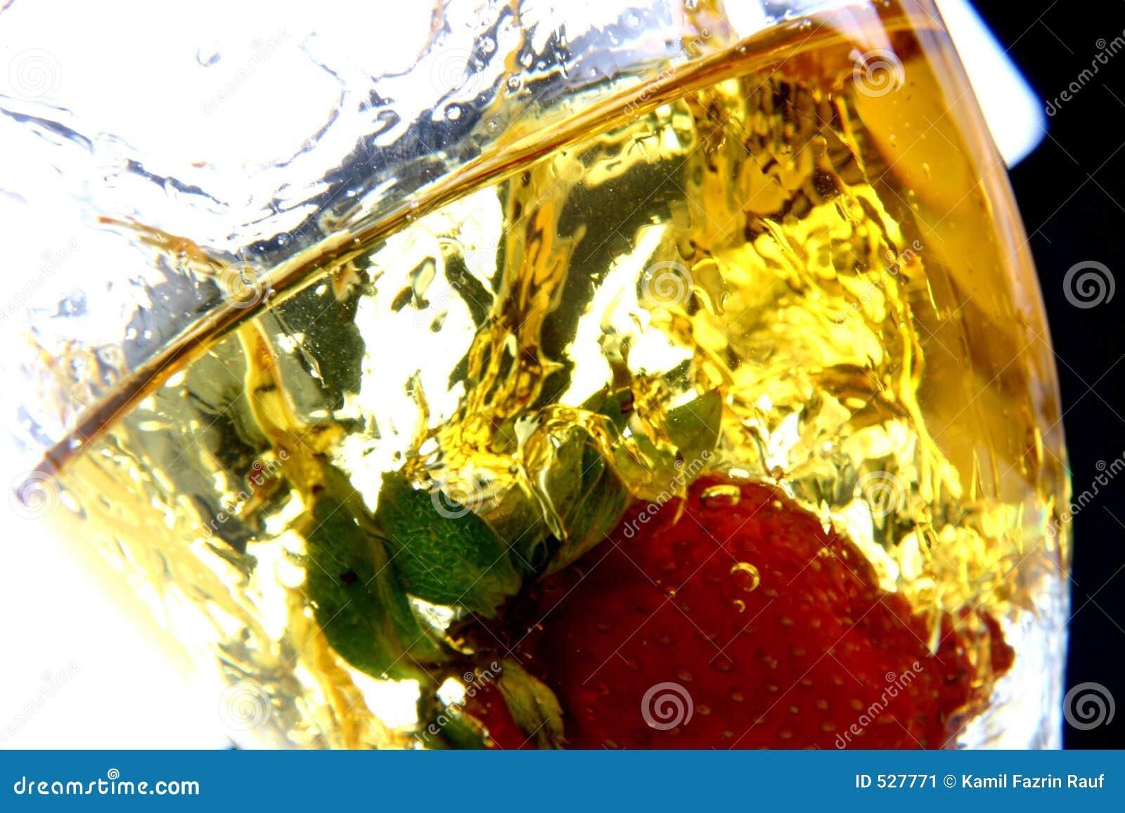 Morango no respingo do vinho branco