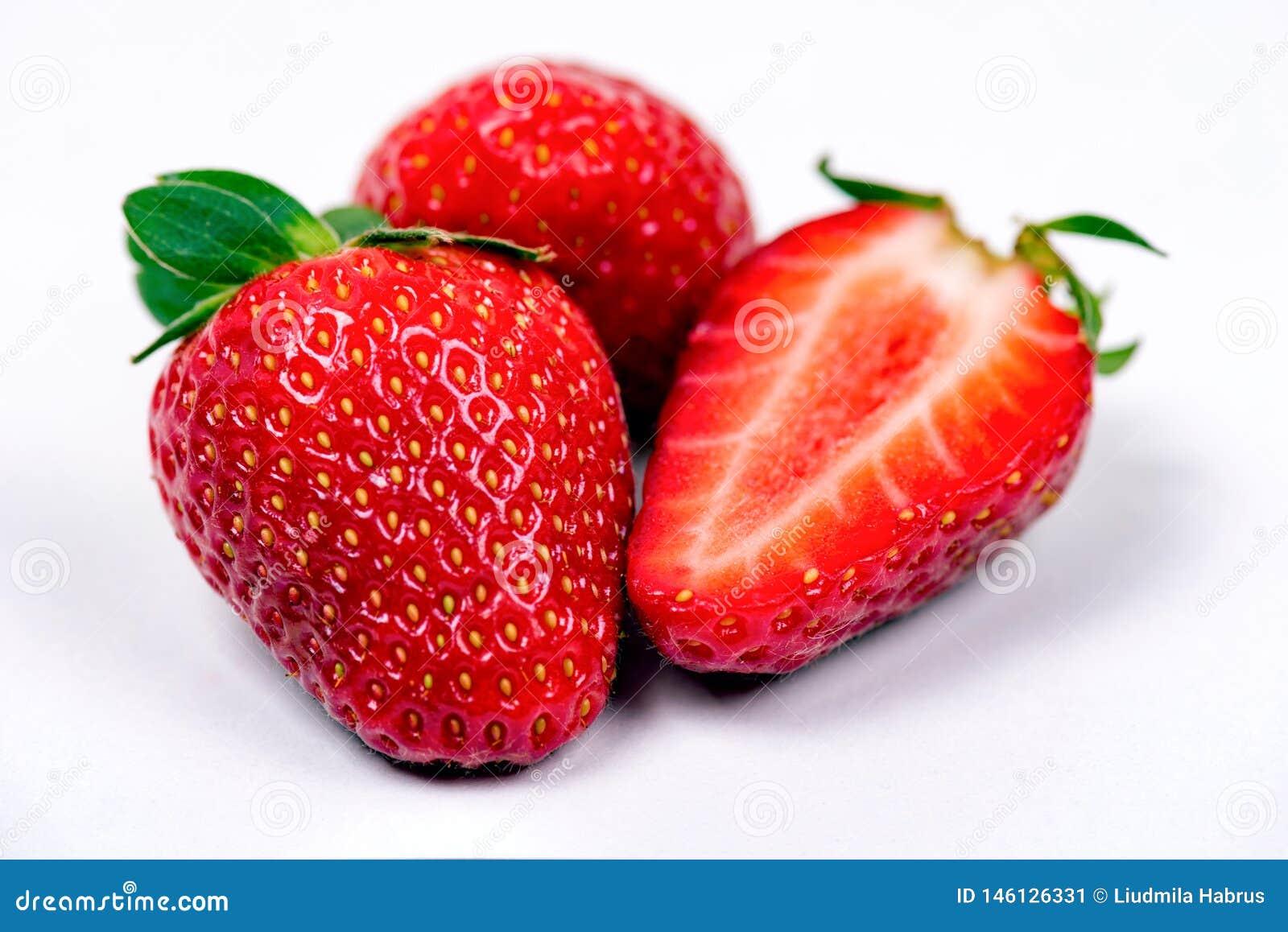 Morango vermelha madura doce no fundo branco
