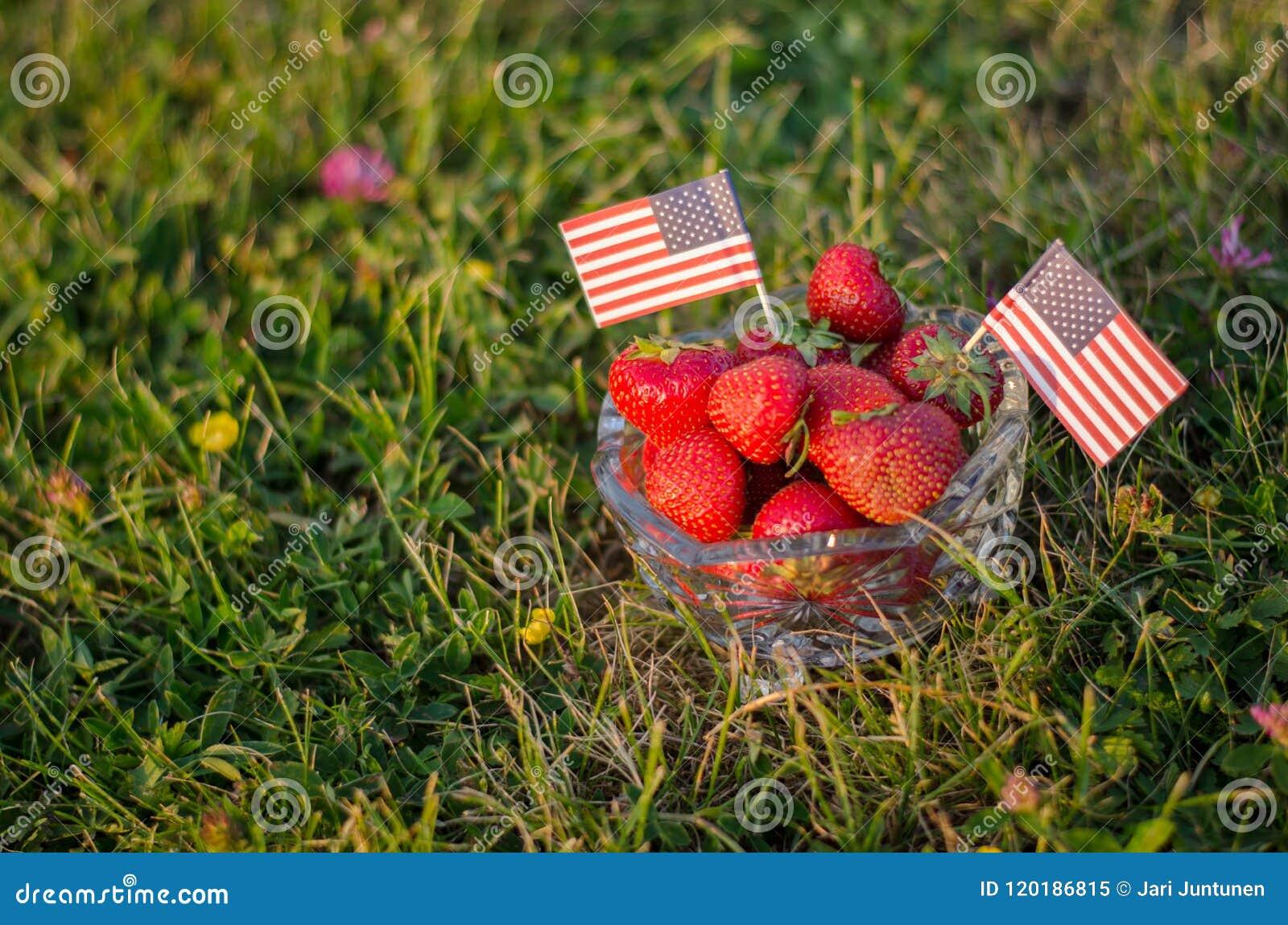 Morangos em uma bacia com bandeiras americanas