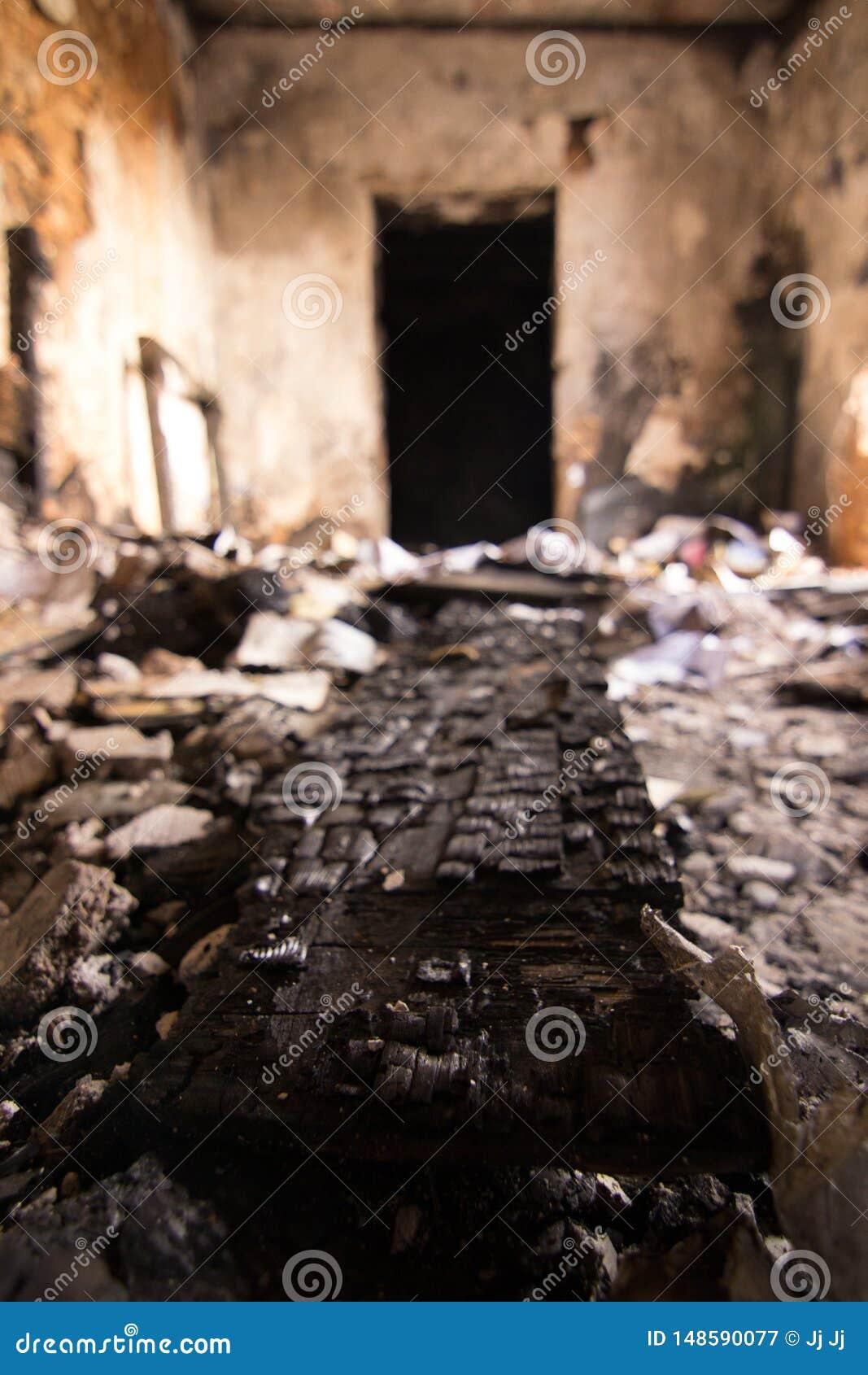 Morceau brûlé de bois et d une porte