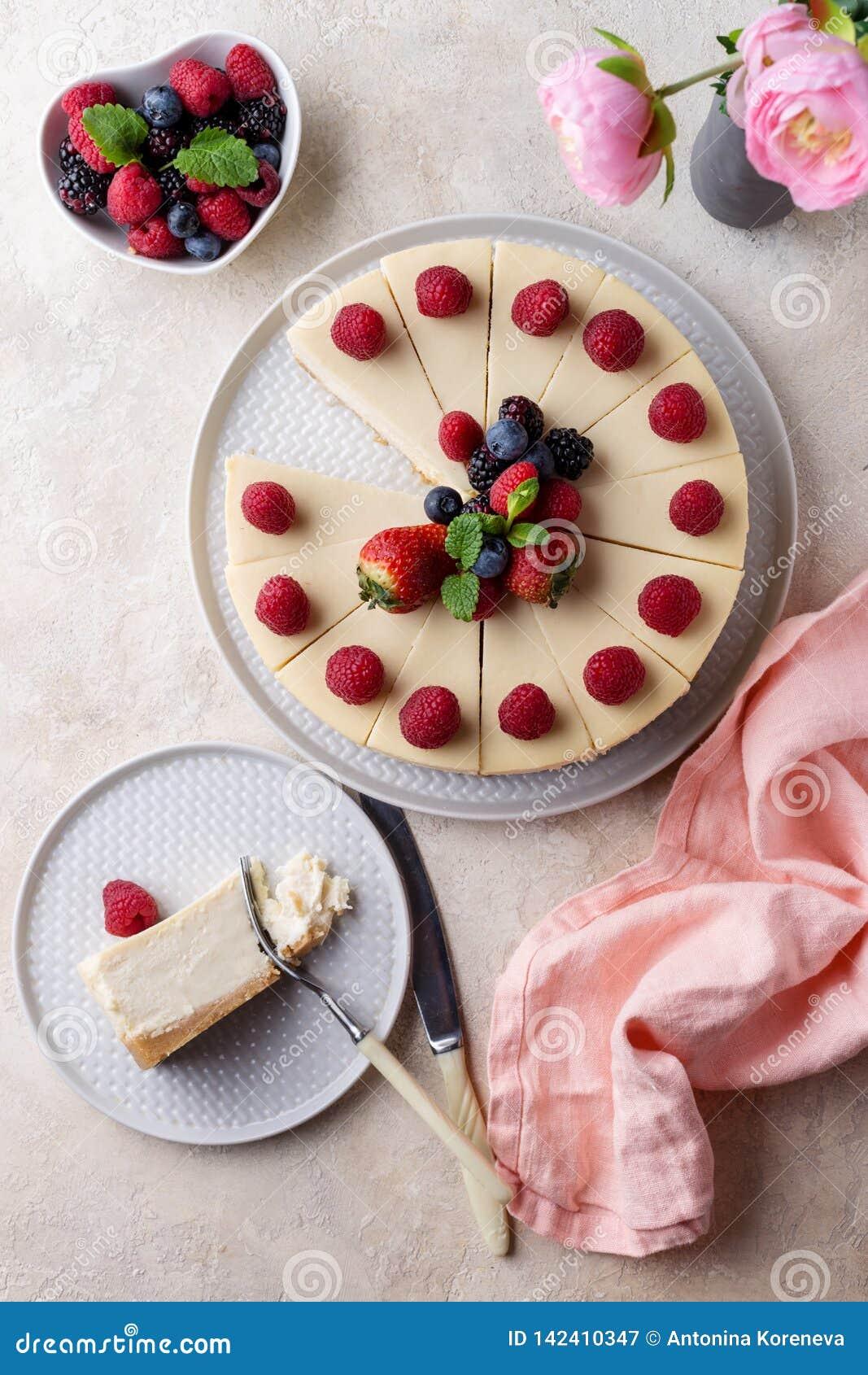 Morceau de gâteau d anniversaire avec le gâteau entier sur la vue supérieure de table