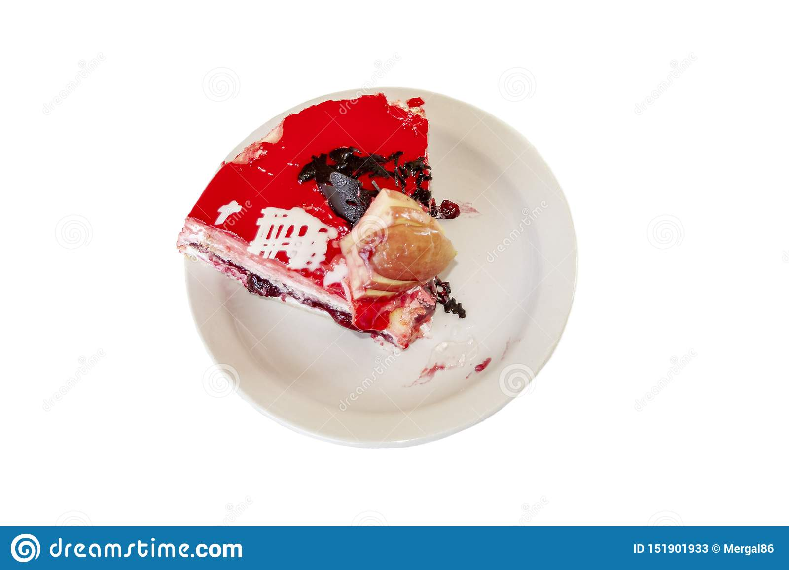 Morceau de g?teau au fromage avec les fraises fra?ches et la menthe d isolement sur le fond blanc