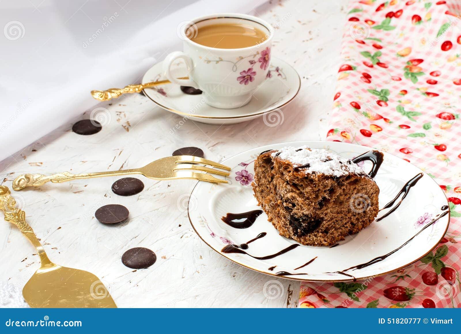 Morceau de g teau de chocolat et d 39 une tasse de caf avec - Gateau avec du lait et des oeufs ...