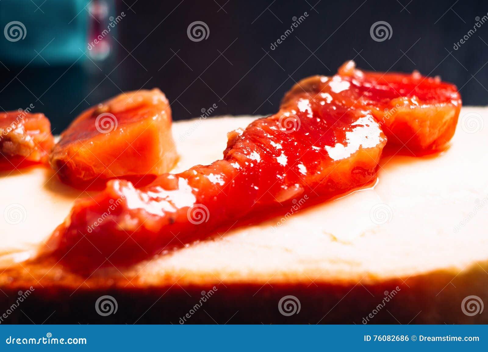 Morceau de poissons rouges sur le plan rapproché de pain