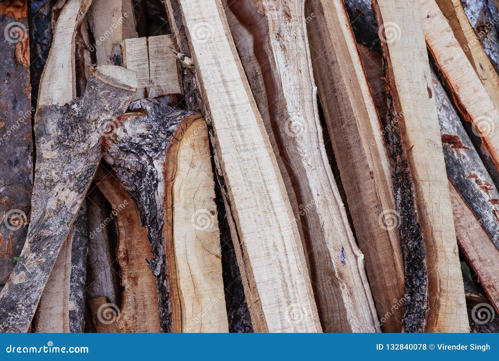 Morceaux coupés et coupés de bois de chauffage