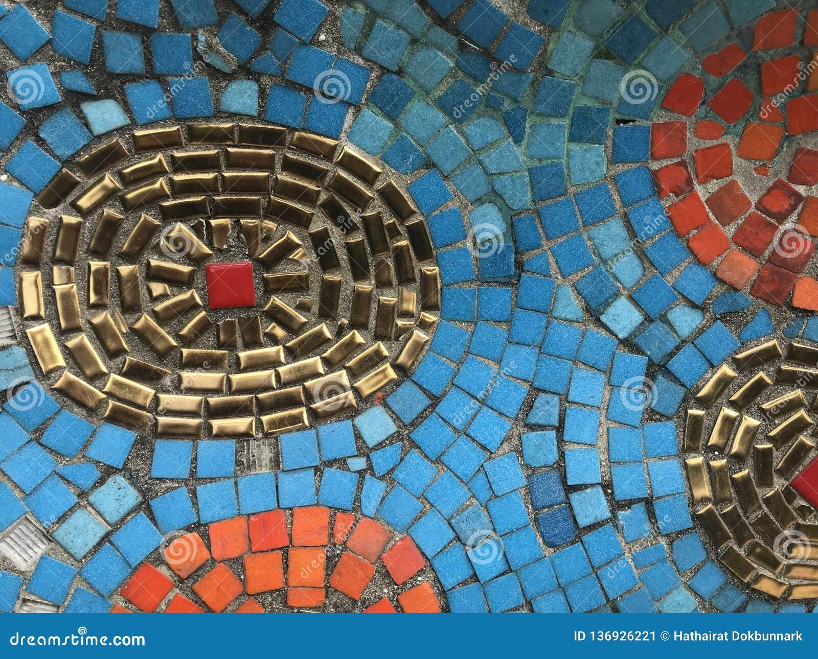 Morceaux d or, rouges, oranges et bleus de tuile carrée créés en tant que modèle stupéfiant