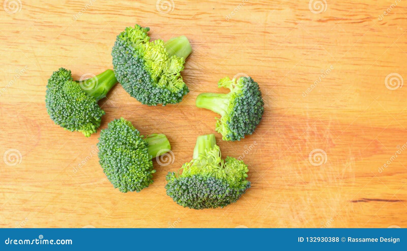Morceaux de broccolies frais sur le hachoir
