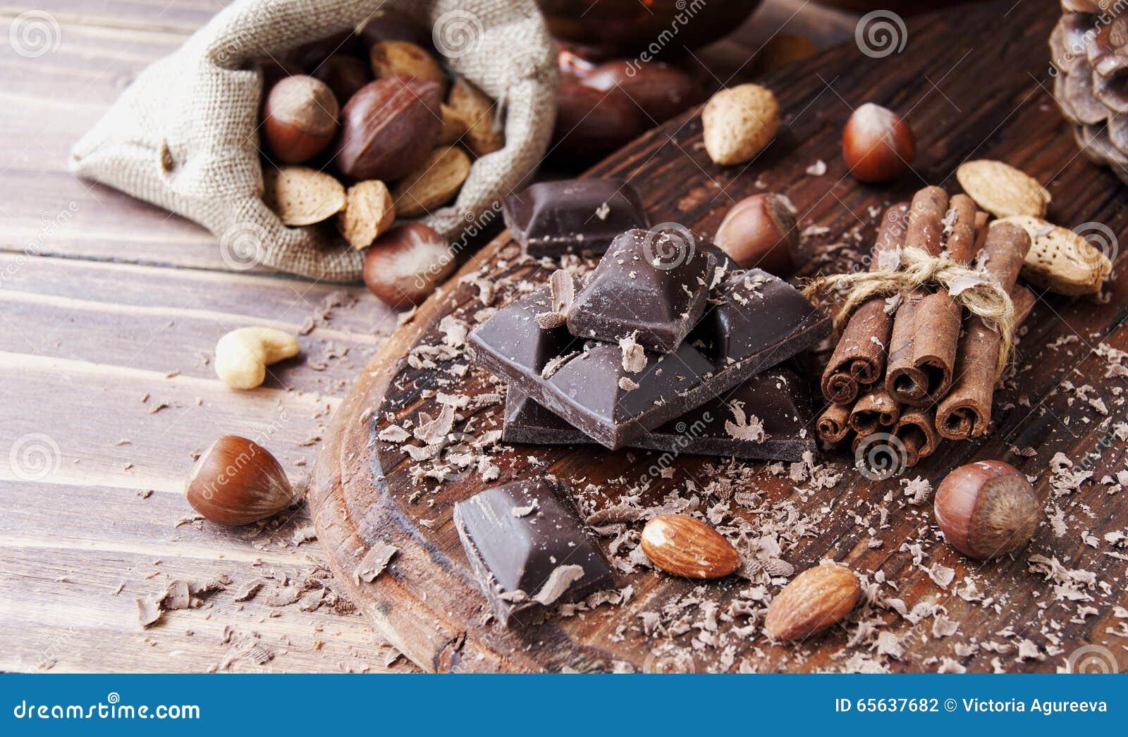 Morceaux de chocolat avec les écrous et la cannelle