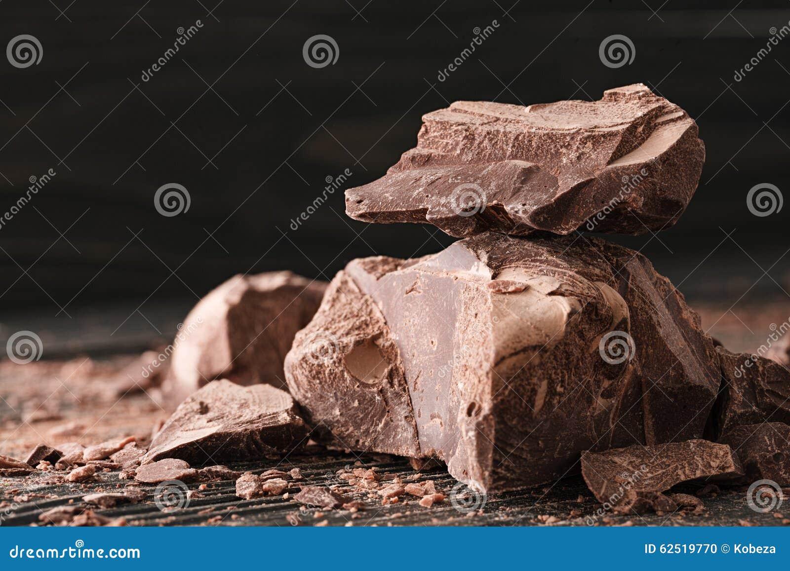 Morceaux de chocolat sur un backround foncé