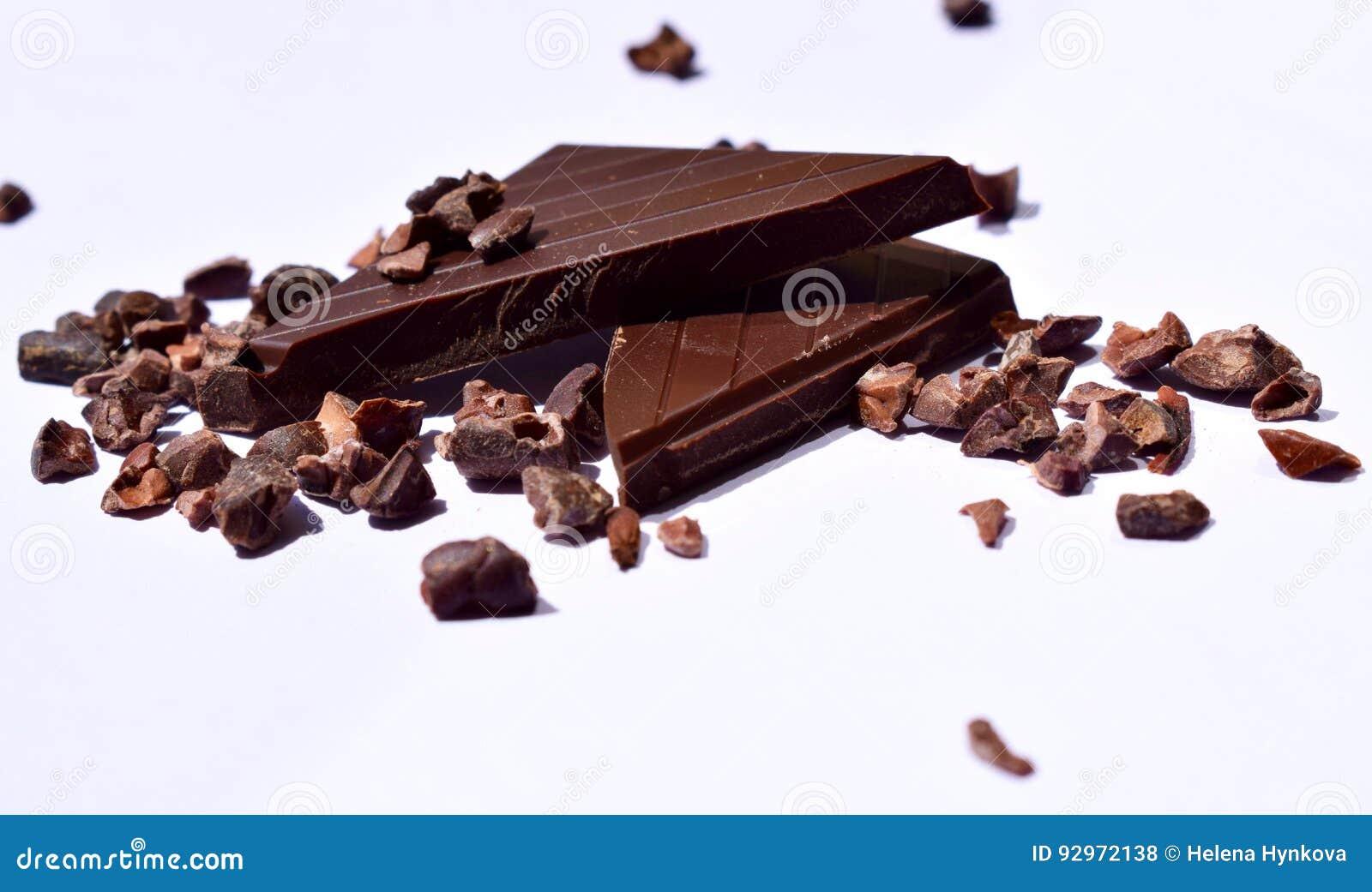Morceaux de graines foncées de chocolat et de cacao