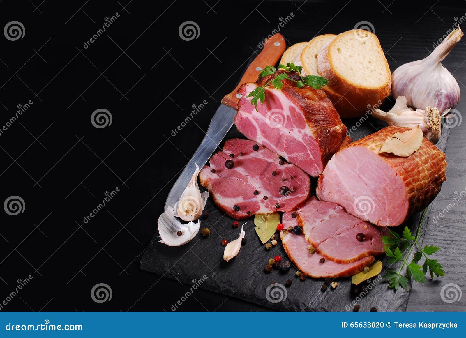 Morceaux de jambon fumé fait maison de porc sur le fond et l espace noirs