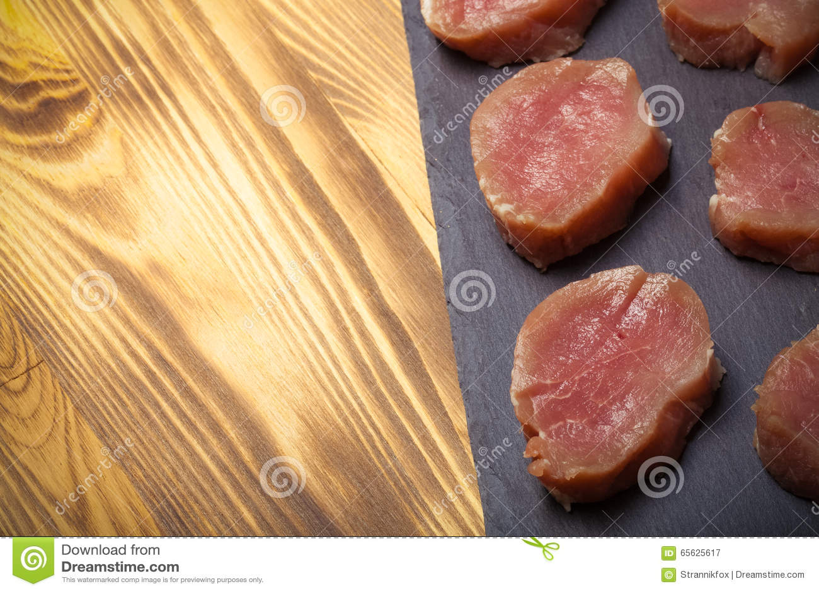 Morceaux de viande crue d un plat d ardoise sur un nouveau Ba en bois brûlé