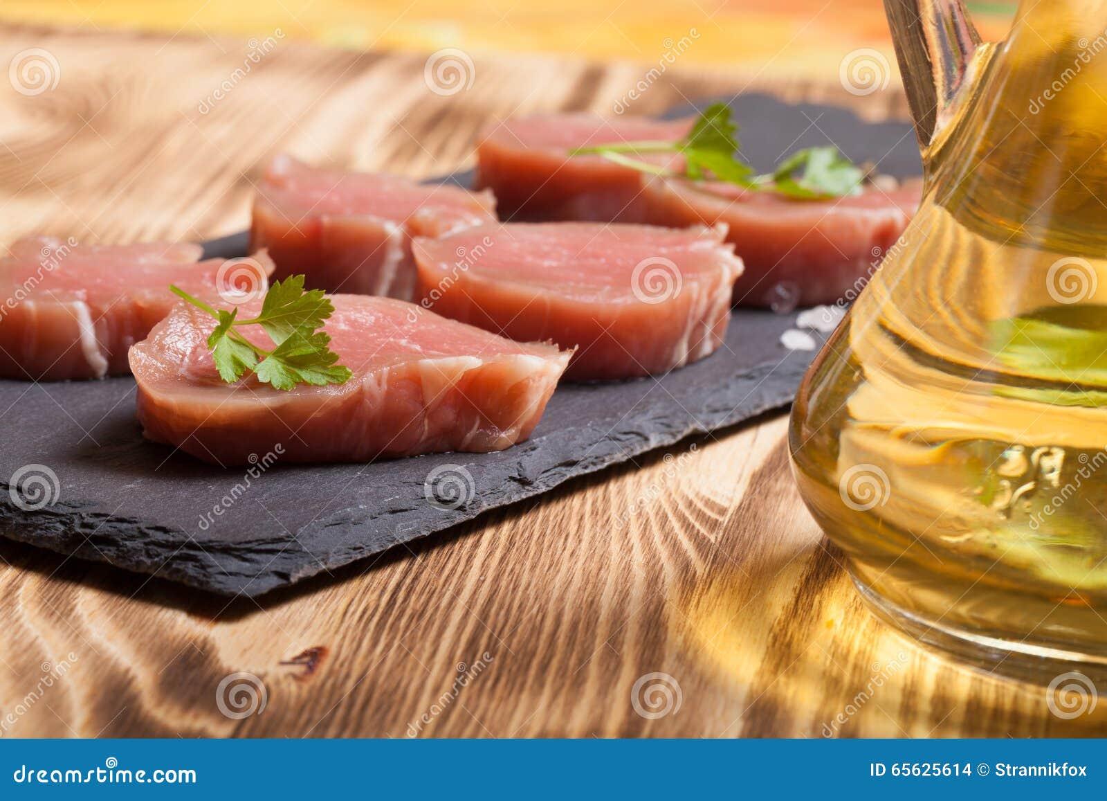 Morceaux de viande crue d un plat des épices d herbes d ardoise et d oi olive